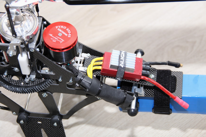 Henseleit TDF - RC Komponten / Kabelverlegung: Detailansicht des Motors und des Reglers